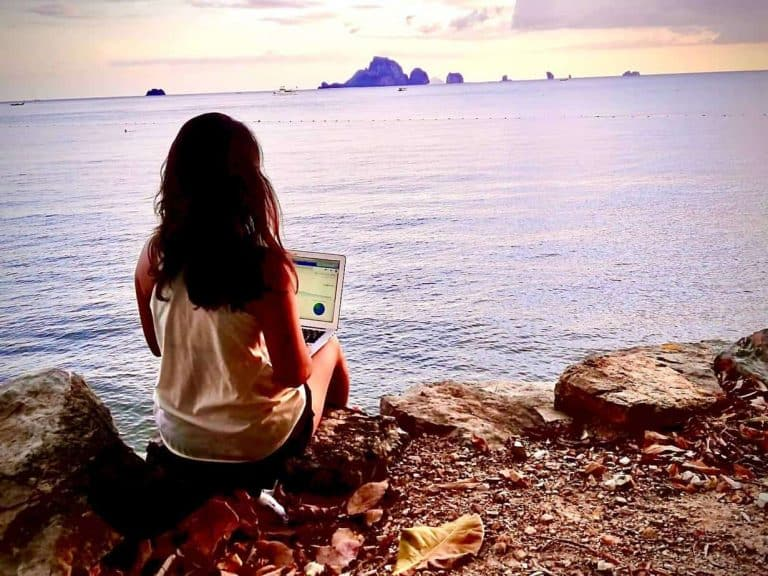 how to become a nomad and work as a social media manager